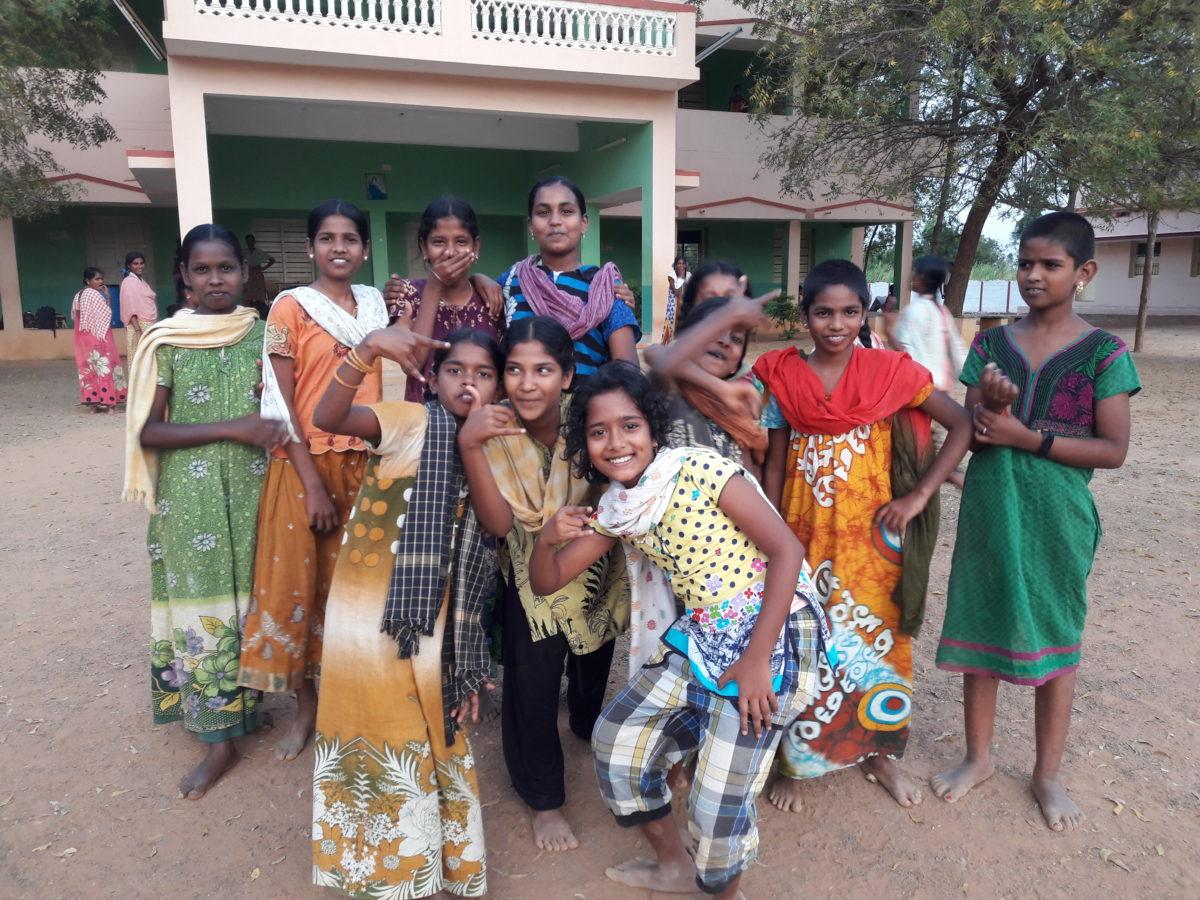 Glada tjejer på Annai Home